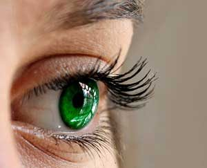 What causes eyelashes to fall or break